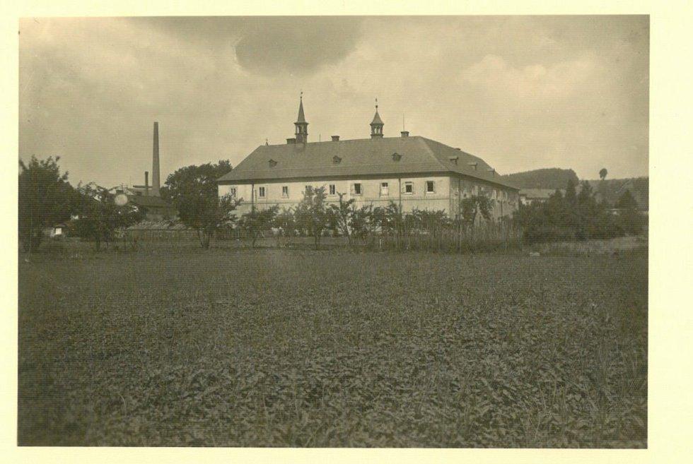 Konvent františkánského kláštera na fotografii z roku 1947.