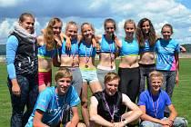 MLÁDEŽNICKÁ VÝPRAVA reprezentovala AC Turnov na krajském přeboru a jak dosvědčuje fotografie z místa konání, turnovští atleti byli po závodech doslova ověnčeni medailemi.