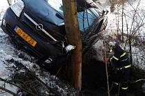 Řidič oplu narazil autem na  namrzlé silnici do stromu