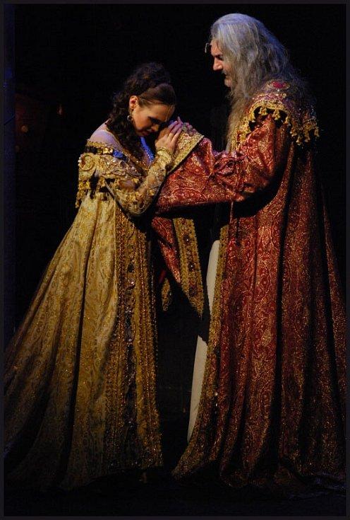 Kamila Nývltová jako Adriana a Daniel Hůlka jako Dracula.