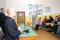 Studenti Obchodní akademie Trutnov absolvovali besedu s policisty.