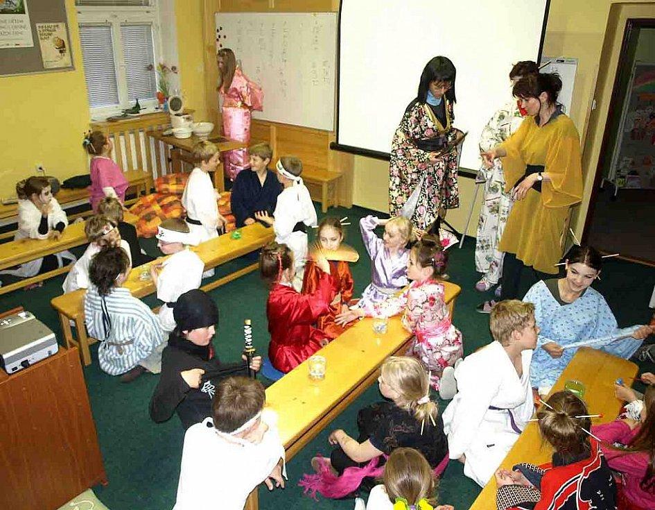Asijská noc v knihovně Slavoj Dvůr Králové - všichni se chystají na další úkol