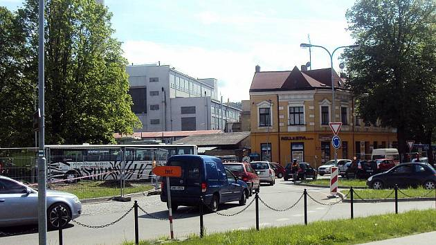 Dopravní fronty ve Dvoře Králové se tvořily v pondělí odpoledne