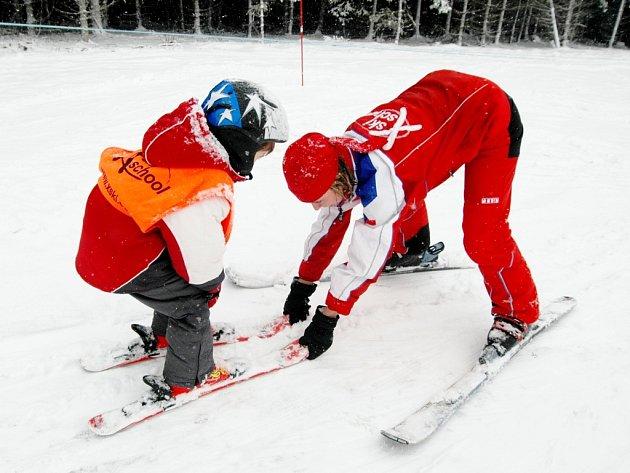 ZAČÁTEČNÍCI I ZKUŠENÍ LYŽAŘI mají v sobotu jedinečnou možnost absolvovat kurz pod vedením profesionálních učitelů lyžování.