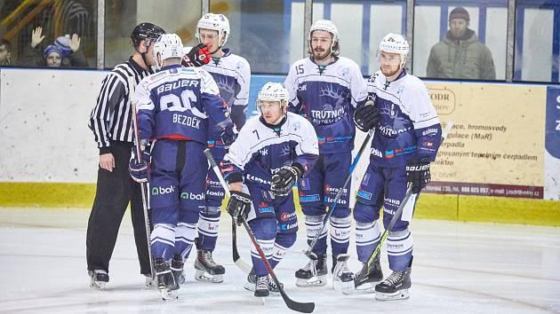 Trutnovští hokejisté vezou obrovsky cenné tři body z horkého kolínského ledu.