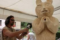 SOCHAŘI se pod střechou velkého stanu po dva dny snažili vytvořit artefakty pro obec. Na snímku Jan Doskočil tvoří medvěda.