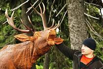 Opravenou cestu k Petrovce lemuje čtrnáct zvířat ze dřeva