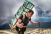 """ZDENĚK PÁCHA má i ve 49 letech před sebou pořád velké výzvy. """"Chci vynést sto kilo na Sněžku a vozíčkáře na Gerlachovský štít,"""" říká statný Slezan, který pracuje jako valcíř trubek."""