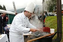 Deset kotlů a kolem deset kuchařů s větším či menším množstvím pomocníků. Pro všechny stejný základ, 15 kilo masa a přísady dle libosti. K tomu dvě hodiny na přípravu.