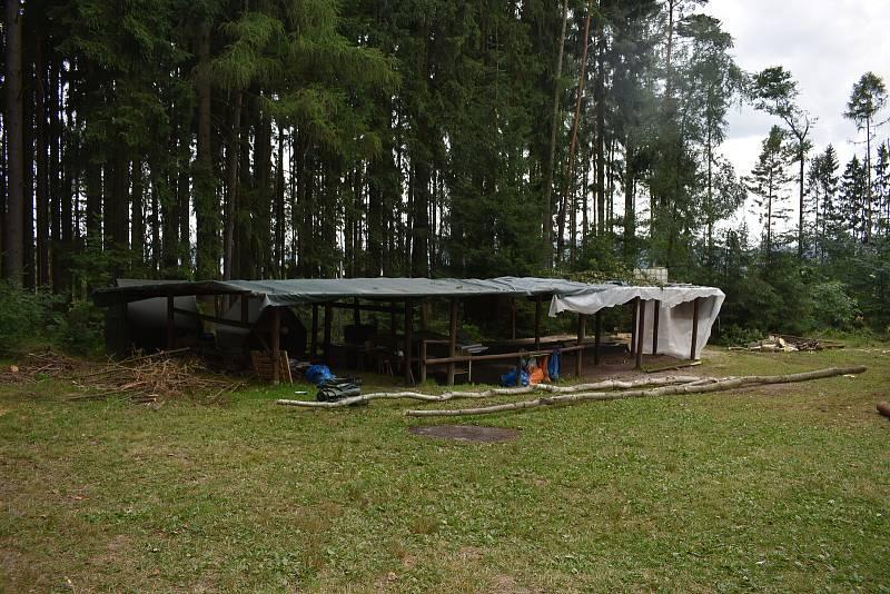 Protože není v lesích okolo Nemojova bezpečno, odvezli si děti z tábora rodiče.