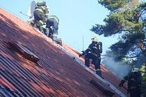 Zásah hasičů a záchranářů u hořící chalupy v Rovensku pod Troskami.