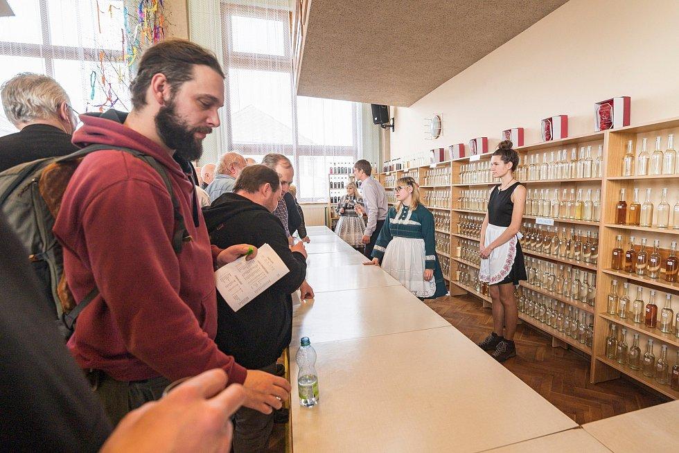 Česko-slovenský košt v Havlovicích nabídl v letošním roce ochutnávku rekordních 775 vzorků slivovic, pálenek a likérů.