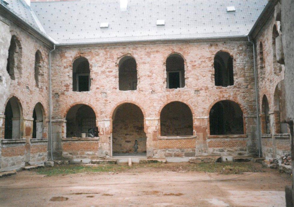 Nádvoří františkánského kláštera, rok 2006.