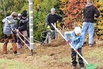 LYSÁ HORA se dočkala vyčištění před zimní sezonou. Letos se do úklidu poprvé pustili dobrovolníci pod režijní taktovkou Skiareálu RokytLYSÁ HORA se dočkala vyčištění před zimní sezonou. Letos se do úklidu poprvé pustili dobrovolníci pod rnice nad Jizerou.