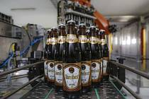 Odběry sudového piva do hospod se zastavily, královédvorský pivovar Tambor se nyní zaměřuje na distribuci lahvového piva, které stáčí na automatické lahvovací lince.