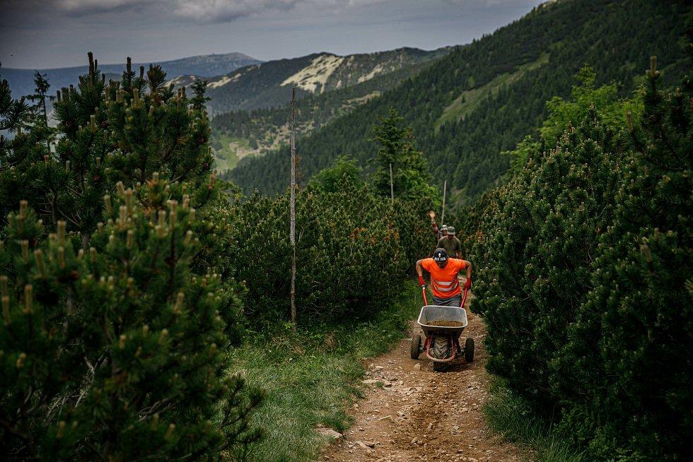 V Krkonoších je zcela uzavřená kvůli rekonstrukci cesta mezi chatou Výrovka a Špindlerovým Mlýnem. Pracují tam dělníci.