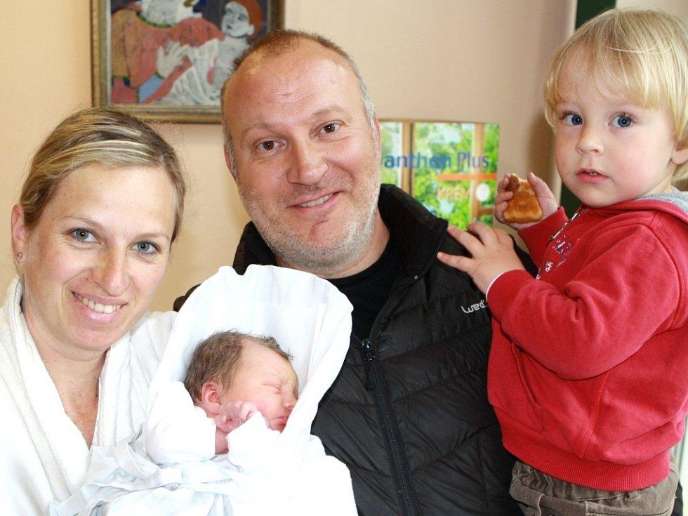 EMILIJA IVANOVSKÁ se narodila 13. dubna v 10.28 hodin rodičům Lence a Emilovi. Vážila 3,25 kg a měřila 49 cm. Spolu s bráškou Dimitarem bydlí v Malé Úpě.
