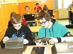STUDENTI SVÉ TABLETY dostávají postupně a využívají je nejen ve škole, ale také doma pro zábavu.