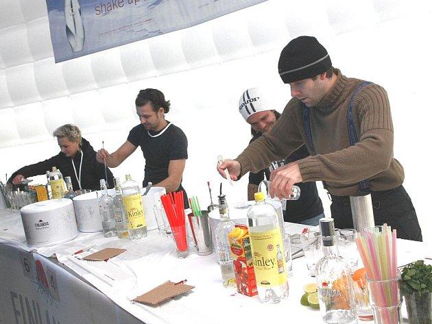 JEN  POD LEHKÝM OTEVŘENÝM STANEM míchali drinky účastníci národního finále Finlandia Vodka Cupu. Letos v Harrachově jim počasí s teplotami kolem nuly relativně přálo. Vítězem a obhájcem loňského prvenství se stal Milan Zaleš.