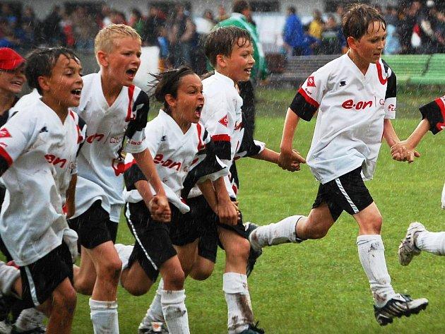 LOŇSKÁ DEŠTIVÁ RADOST. Družstvo fotbalové přípravky Sparty Brno se na loňském lomnickém turnaji takto radovalo z triumfu v deštivém finále nad Hlučínem.