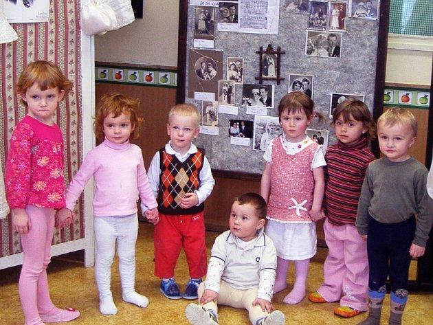 SVATEBNÍ FOTOGRAFIE si v trutnovském mateřském centru prohlížejí jak rodiče, tak jejich ratolesti.