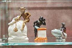 Porcelánové exponáty pocházejí ze sbírky Václava Petiry.