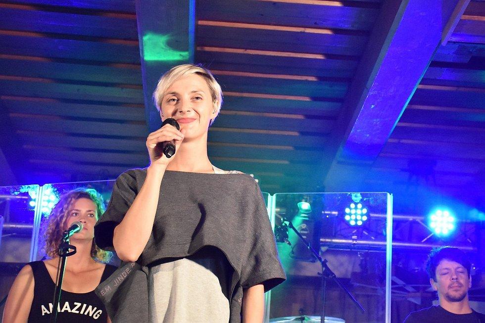 Zpěvačka a herečka Barbora Poláková měla koncert na Luční boudě, před ním stihla procházku na Sněžku.