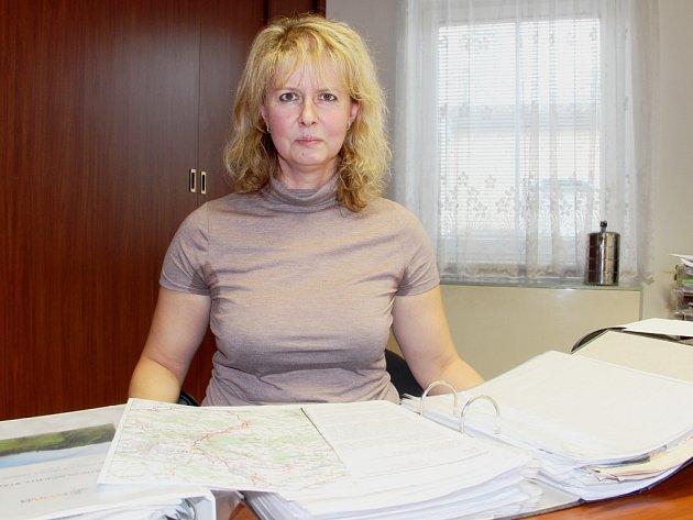 ZAVALENA PAPÍRY. Starostka Kocbeří je neustále pod tíhou dokumentů, pojednávajících připravované stavby dálnice.