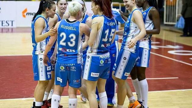 Basketbalistky Kary se radují z bronzu