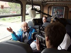DRŽITEL ČESKÉHO LVA, zkušený herec Stanislav Zindulka při natáčení filmu Jilemnice se studentským štábem.