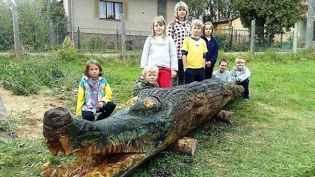 Školáci z Tatobit vlastnoručně dotvořili sochu krokodýla, kterou škole věnovali dárci.