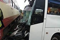 V pondělí dopoledne se srazily na železničním přejezdu v Kunčicích nad Labem vlak s autobusem.