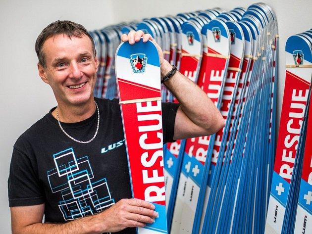 Milan Luštinec začínal na koleni v garáži, měl smůlu na společníky. V těžkých začátcích ho zachránila objednávka na sto snowboardů od rakouské firmy, na jehož zástupce vydržel čekat čtyři hodiny na smluveném místě v hotelu.