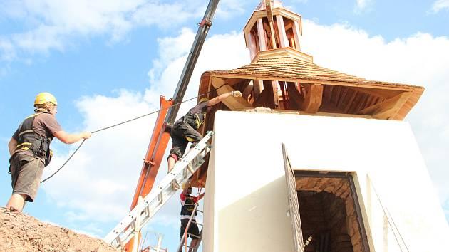 Specializovaná firma tesařů zrekonstruovala zvonici v Havlovicích na Trutnovsku.