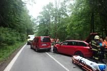 Při nehodě tří osobních vozidel se zranilo pět lidí