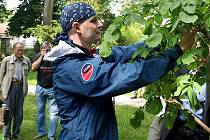 POUTNÍK PETR HIRSCH vyrazil v neděli na cestu kolem věta z Domova sv. Josefa. Cestou chce mimo jiné sázet stromy. Jeden z nich zasadil i v zámeckém parku v Žirči.