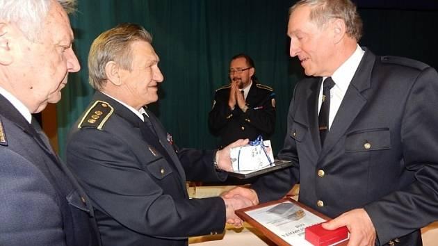 HASIČI děkovali odstupujícímu starostovi Miloslavu Miksánkovi za dlouholeté vedení.