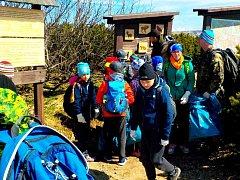 Skupinka Sokolů z vrchlabské Harty se vydala do okolí Vrbatovy boudy uklízet i v neděli.