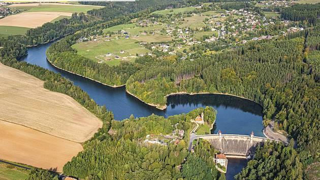 Přehrada Les Království na leteckém snímku.