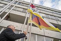 Trutnovský starosta Ivan Adamec s vlajkou pro Tibet.