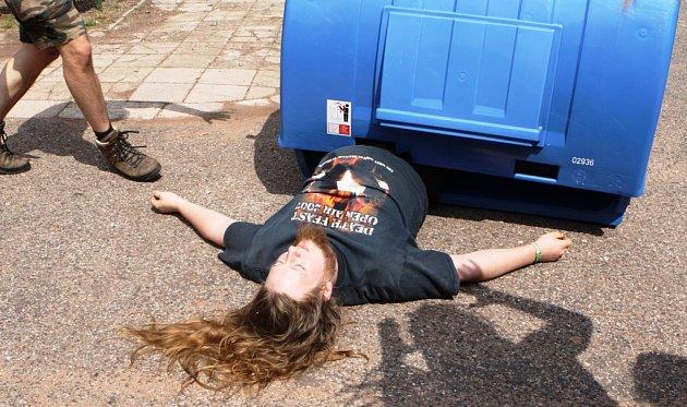 Při rychlé jízdě vkontejneru spadl přímo na hlavu mladík, kterého sanitka transportovala do nemocnice.