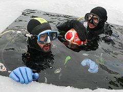 Potápěči si zahráli fotbal pod ledem