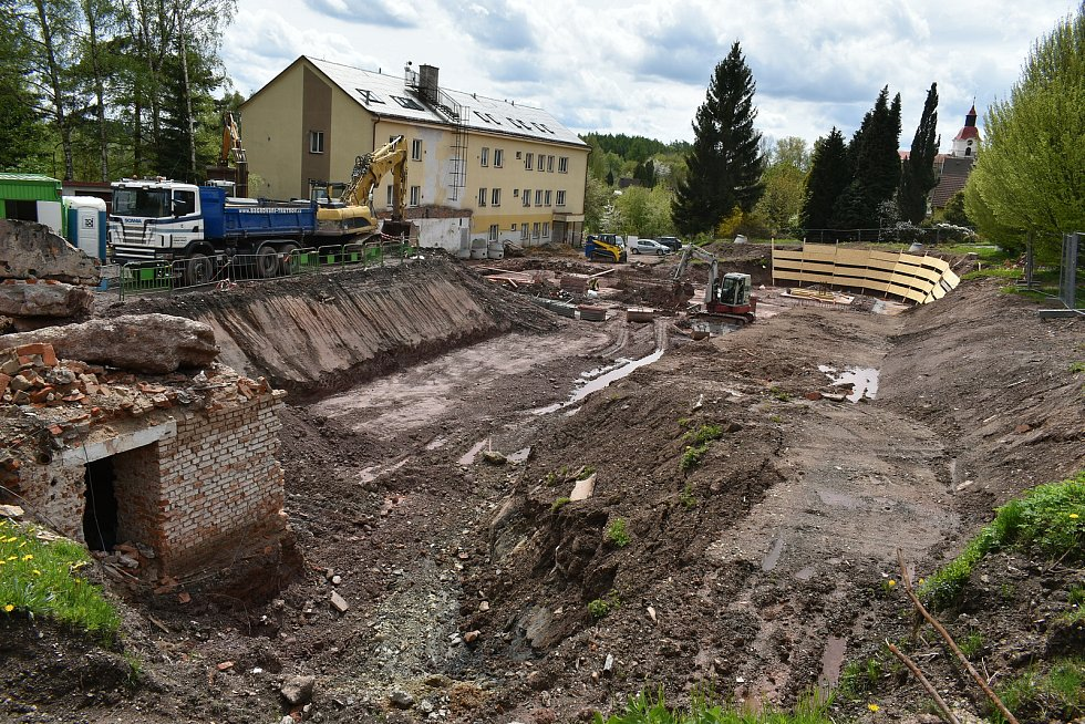 Na místě bývalého Domova mladých horníků v Žacléři staví kraj domov pro seniory.