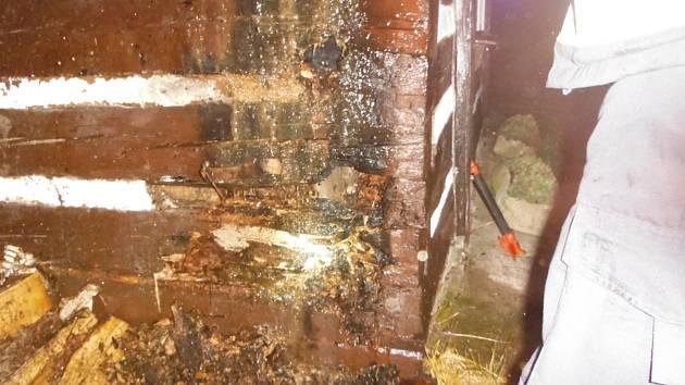 Nedbalost dítěte zavinila požár dřeva u roubenky.