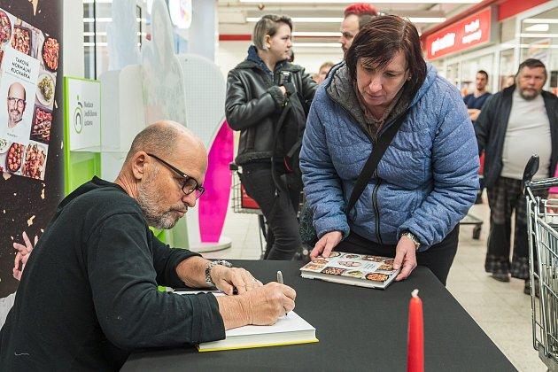 Známý šéfkuchař Zdeněk Pohlreich obsluhoval vsobotu zákazníky vtrutnovském Kauflandu.