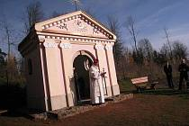 Kopii kapličky z Kryblice posvětil U pěti buků generální vikář Královéhradecké diecéze Josef Socha. Zároveň zde odsloužil pod širým nebem mši, které přihlížely desítky lidí.