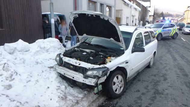 Pří srážce aut došlo ke zranění.