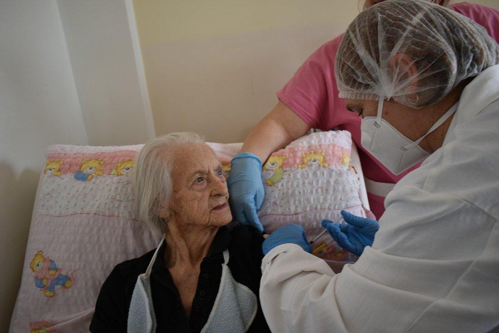 Vlastě Dufkové je 99 let. V úterý absolvovala očkování v Senior domě Beránek v Úpici.