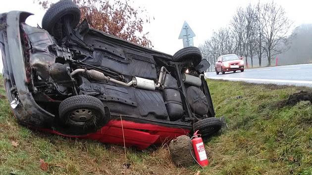Auto skončilo na střeše a poškodilo dopravní značení.