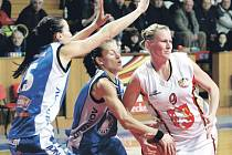 Duel rivalů. Trutnovské basketbalistky Hana Šnajdrová (vlevo) a Iva Komžíková se snaží připravit o míč hradeckou Michaelu Starou. Kara byla ve východočeském duelu šťastnější a vyhrála 71:68.